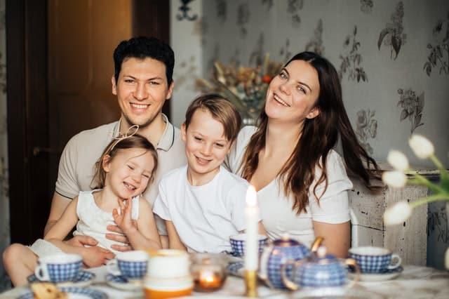 Glückliche Familie mit Stromvertrag